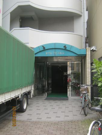 Hotel  Abisu Matsuyama : 狭い入口です。でも奥は広くなっています。