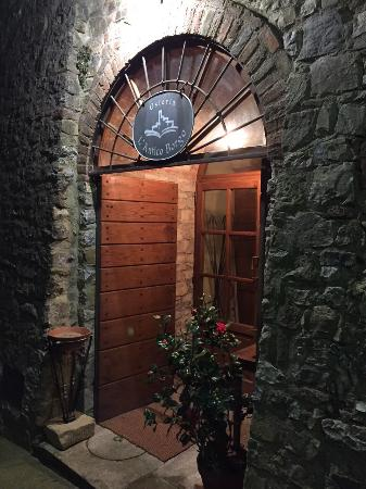 Antico Borgo: Adorabile minuscolo borgo toscano. Ristorante curato, di classe, tipico, romantico