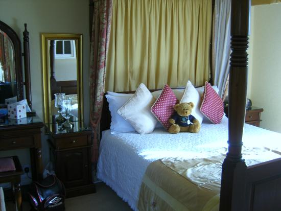 Beechwood Guest House: Our four poster bed