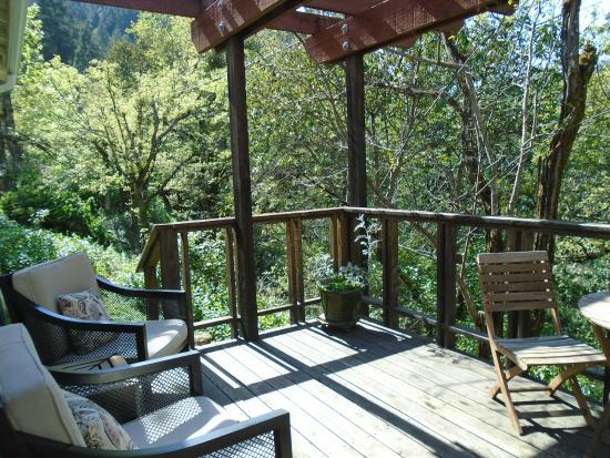 Coho Cottages: private cabin deck