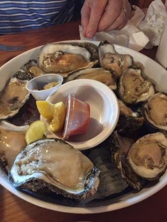 R and R Seafood: Huge oysters!