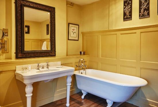 The Spread Eagle Hotel & Spa: Capacious roll top bath tubs
