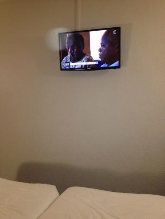 B&B Hotel Orly Rungis : Telvisor habitacion