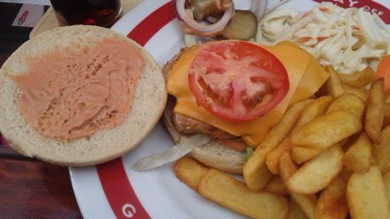 Play Off: hamburguesa abierta, creo que era de pollo, bien surtida.