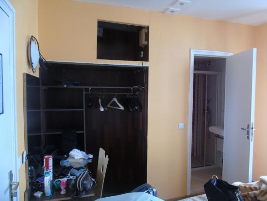 Hotel Marclau: Veduta della stanza più il piccolo bagno con doccia