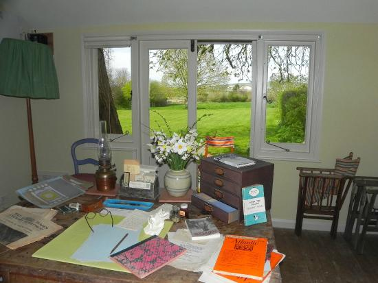 Monk's House - National Trust: The view from Virginia Wools writing desk in her garden writing lodge.