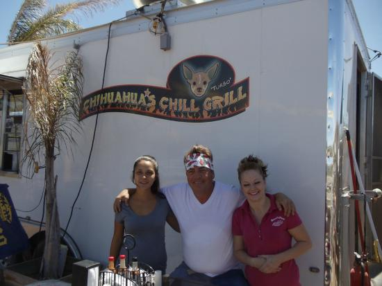 Chihuahua's Chill Grill : Ron White & his waitresses