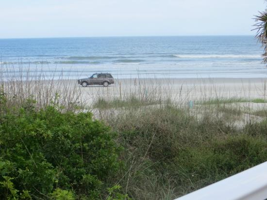Sea Villas: People can drive on the beach in front