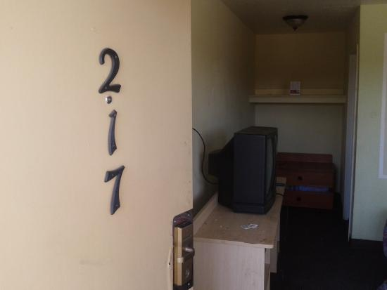 Motel 6 Clovis: room 217 holes in the walls.