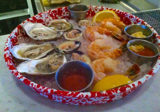 Captain Kidd Restaurant : Raw Bar platter ready to be served