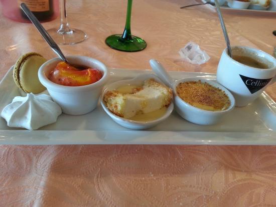 Шампо, Франция: Café gourmand (macaron, meringue, soupe de fraises et son sorbet mandarine, bavarois, crème brûl