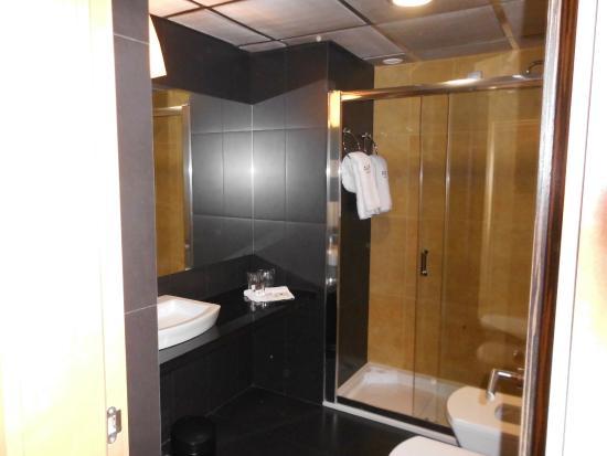 Hotel Alif Avenidas: Badkamer met leuke douche