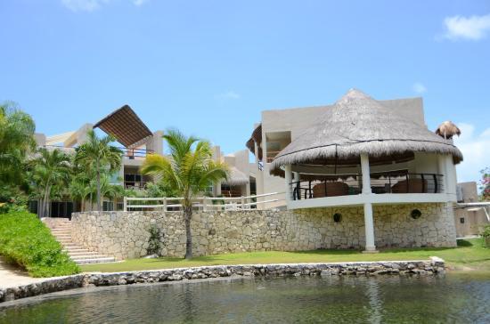 Coral Maya: Frente al agua