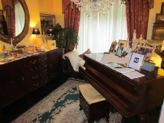 Glanarvon House: The piano in the dining room