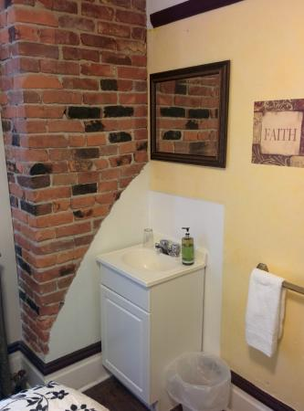 Urban Hideaway Guesthouse: Waschbecken im Zimmer (jedes Zimmer ist individuell)