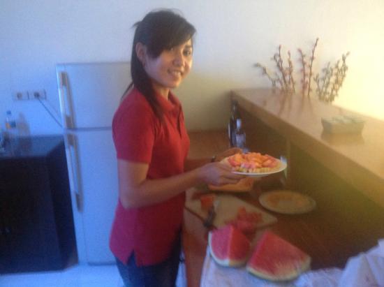 Abimanyu Villas: Staff making us a fruit tray