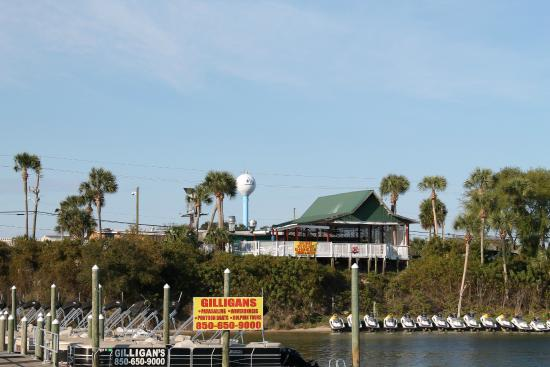 Gilligan's Seafood: View of Gilligan's from the harbor.