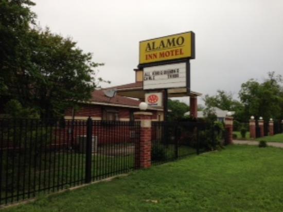 Alamo Inn Motel : View from street