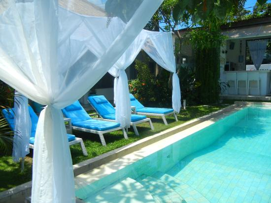 La Cabana Hotel and Villas: Pool in the middle of the villas