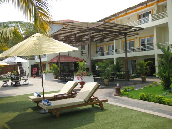 Deltin Palms: hotel lawns area