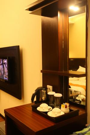 Best Western Resort Kuta : Mini bar dan coffee maker