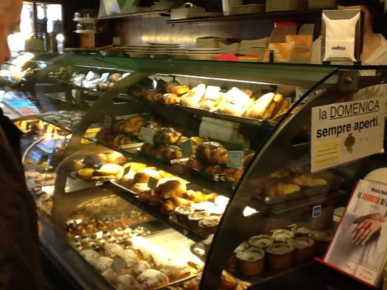 Bar Pasticceria Piccioli: great presentation of pastries
