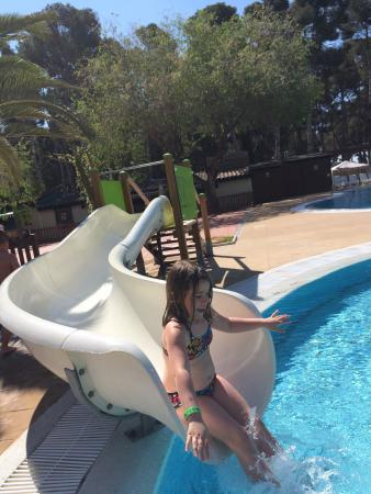 Atenci n con los peques en la piscina infantil las - Camping con piscina climatizada en tarragona ...