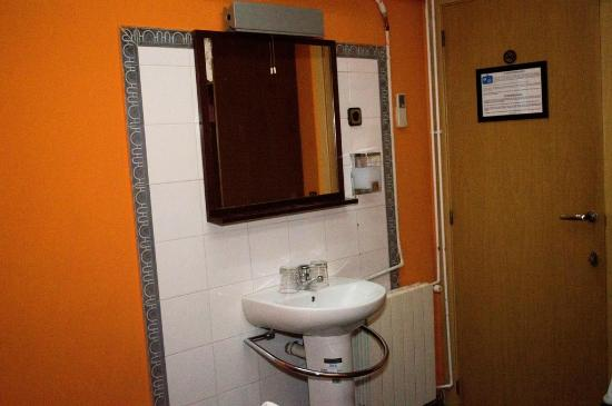 Hostal Alogar: Lavabo dentro de la habitación