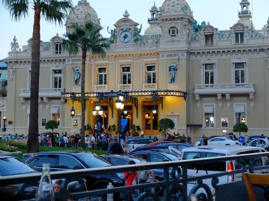 Salle Empire: カジノ広場を見渡すテラス席でのディナー