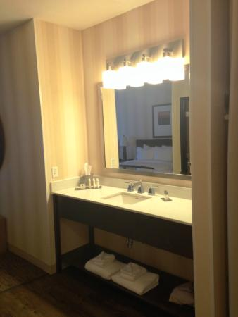 DoubleTree by Hilton Hotel Portland - Beaverton : Sink and mirror