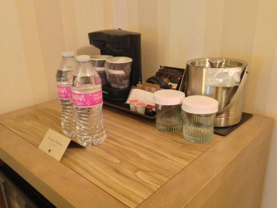DoubleTree by Hilton Hotel Portland - Beaverton: Coffee and bar- Microwave and fridge