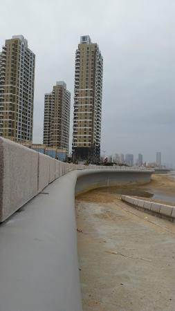Sheraton Yantai Golden Beach Resort: Seawall behind the hotel - the tide moves quite a ways