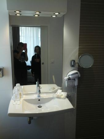 Best Western Hotel Carlton: Modern Bathroom with disabled facilities