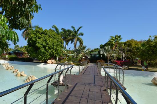 Blau Varadero Hotel Cuba: The bridge from the hotel to the pool area