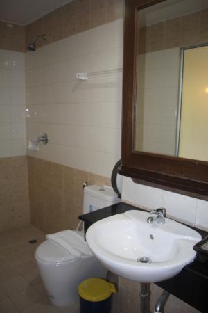 YK Patong Hotel: ванная комната