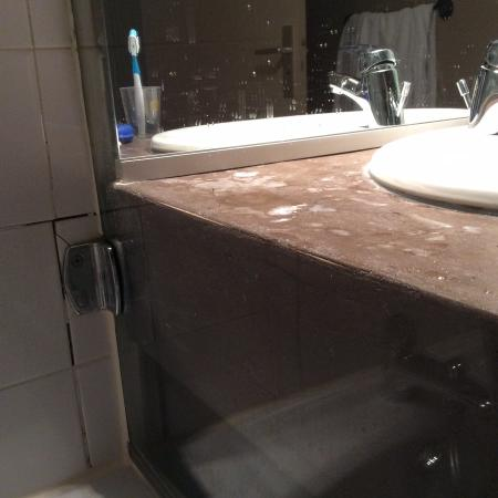 Best Western Hotel Les Beaux Arts: Bathroom needs updating.
