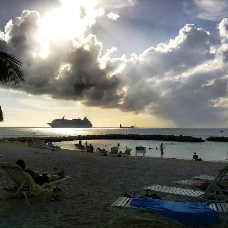 Treasure Island Resort: spiaggia con rocce che creano insenatura, terribile