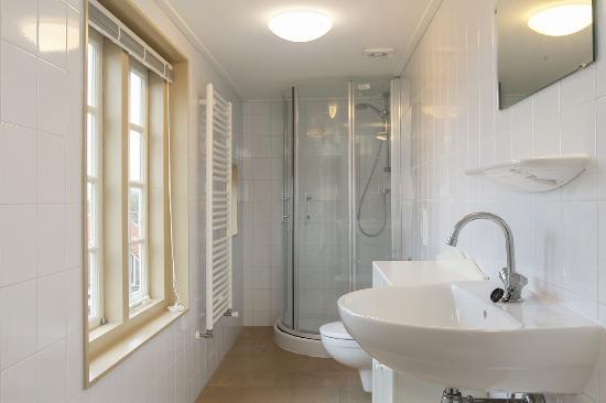 badkamer met douche toilet en wasbak - Picture of Hooghcamer, Brielle ...