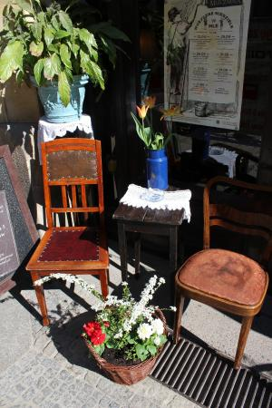 A table by the entrance to Mleczarnia cafe