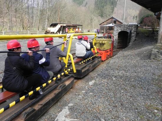 Ilfeld, Germania: Le train minier à voie de 60 va s'engouffrer dans la mine