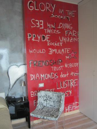 Hotel Baia dei Pini: Some novel graffiti as part of the room decor !