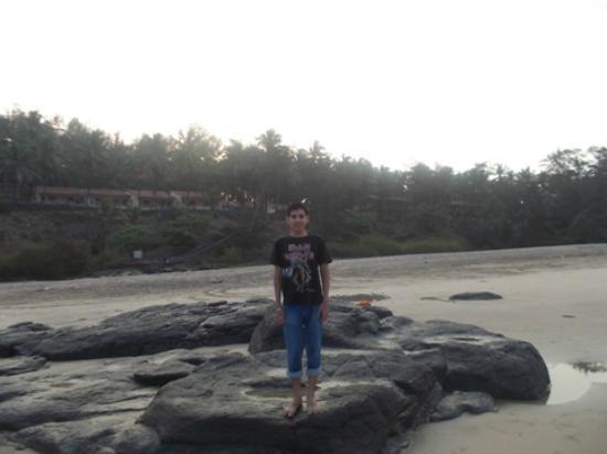 Ganapatipule Beach : Man in Blue - Many rocks to enjoy