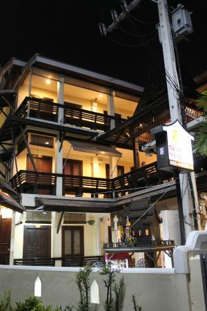 Na Thapae Hotel: Das Na Taphae Hotel bei Nacht von außen