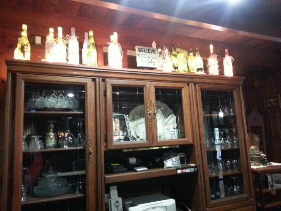 Laurel Springs Lodge B&B: Cute decorated bottles that Karen does herself
