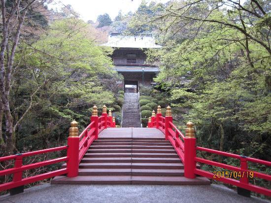 Unganji Temple: 渓谷を渡る正面から