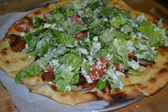 Northport, เมน: Bacon and Bleu Chopped Salad Pizza