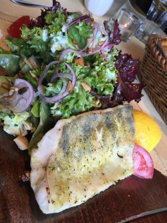 Gernsheim, Alemania: Salat mit gebratenem Lachs und Zander