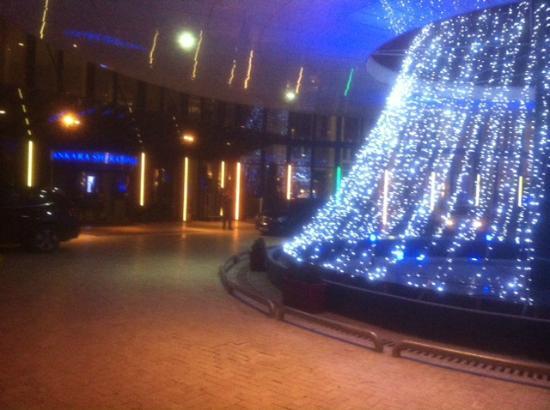 Sheraton Hotel & Convention Center Ankara: Entrance at Night