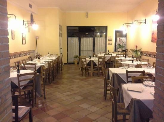 accogliente sala!e moderno arredamento! - Picture of La Botte ...
