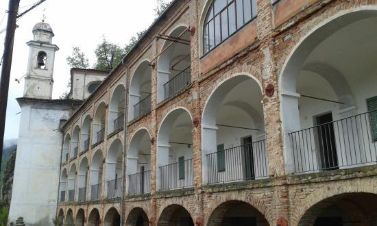 Santuario S. Lucia : al di lå del cancello